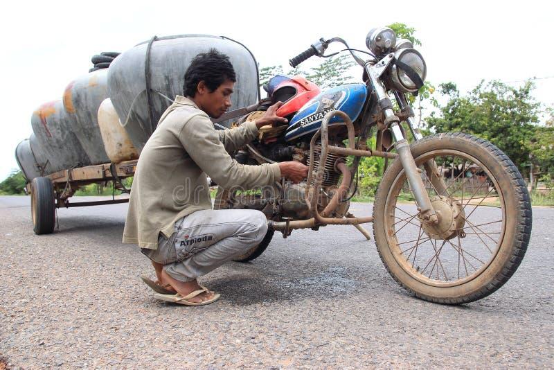 Verkopende watervaten van een motor in Kambodja stock foto's