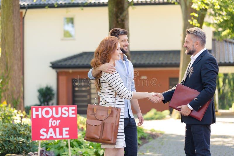 Verkoper die het kopen huis gelukwensen royalty-vrije stock afbeeldingen