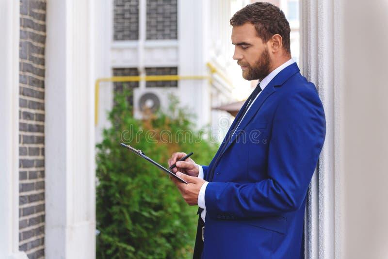 Verkoper die zich met een tablet bevinden royalty-vrije stock foto's