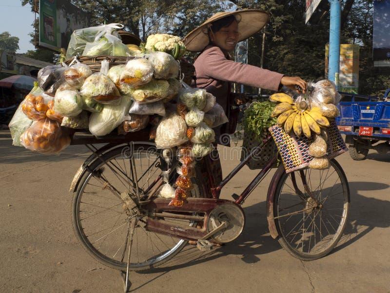 Verkoper op een fiets in de straat stock foto