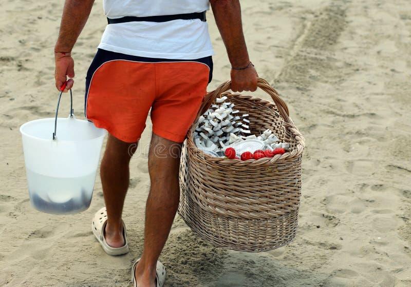 VERKOPER op het strand met fruitvleespennen royalty-vrije stock afbeeldingen