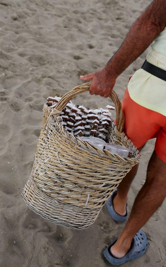Verkoper van kokosnoot en vers fruit op het strand van de toerist aangaande royalty-vrije stock foto