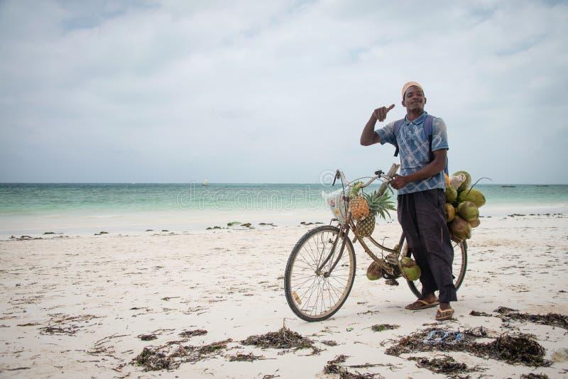 Verkoper van kokosnoten op een fiets, Zanzibar stock foto