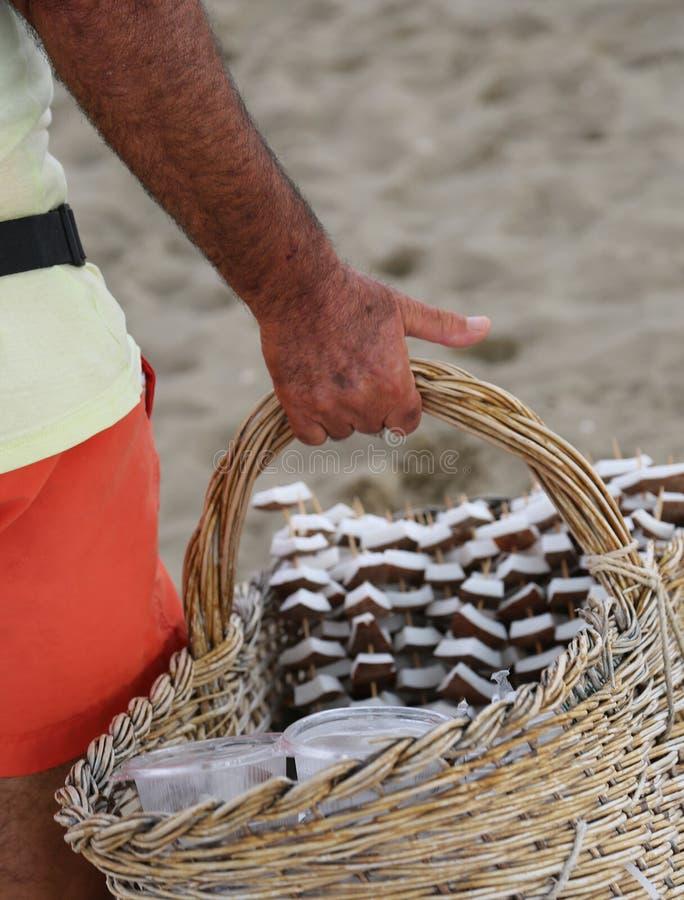 Verkoper van vers kokosnoot en fruit op het strand royalty-vrije stock afbeelding
