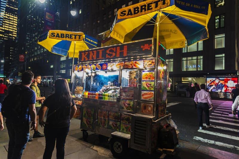 Verkoper in zijn voedselvrachtwagen bij nacht in de Stad van New York, de V.S. royalty-vrije stock afbeelding