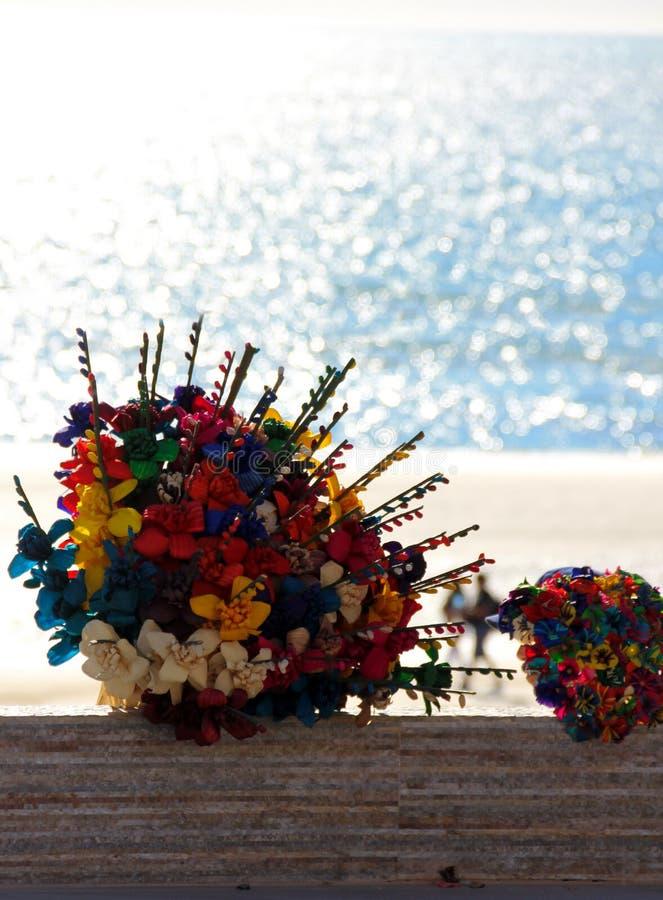 Verkopers mooie bloemen voor verkoop op het strand, Mexico royalty-vrije stock afbeelding