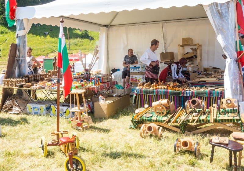 Verkopers van houten herinneringen bij het Folklorefestival in Bulgarije stock afbeeldingen