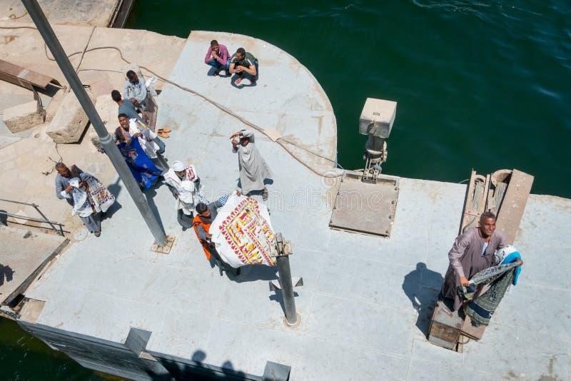 Verkopers van tafelkleden die toeristen een cruise op de Nijl aanbieden Egypte April 2019 stock foto