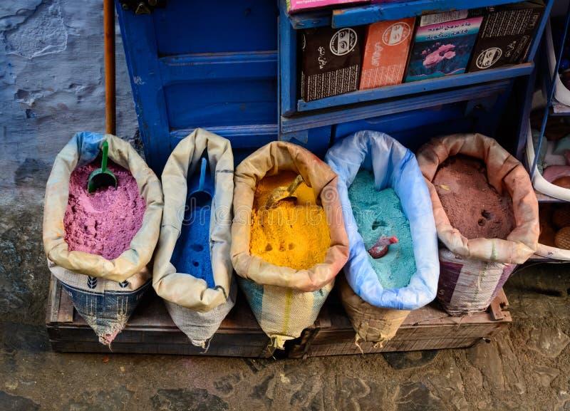 Verkopers verkopende kruiden in Chefchaouen royalty-vrije stock afbeeldingen