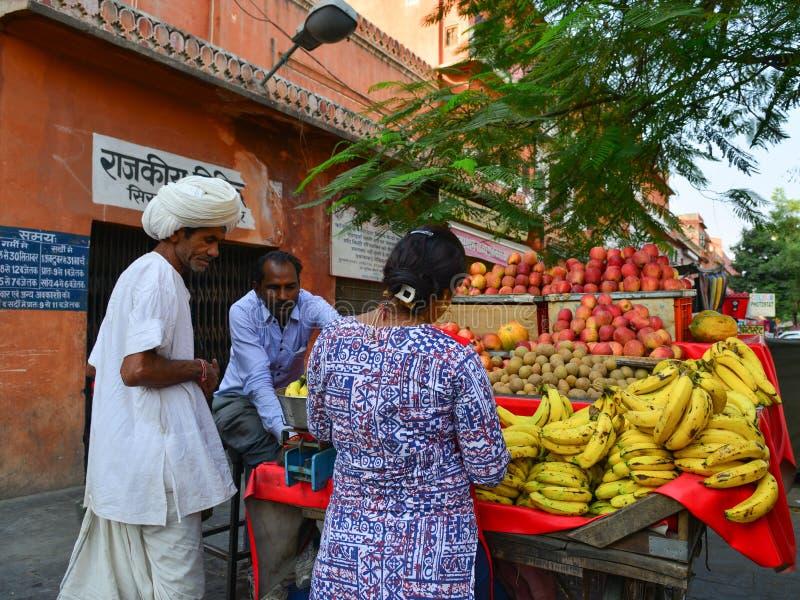 Verkopers verkopende vruchten in Jaipur, India stock afbeeldingen