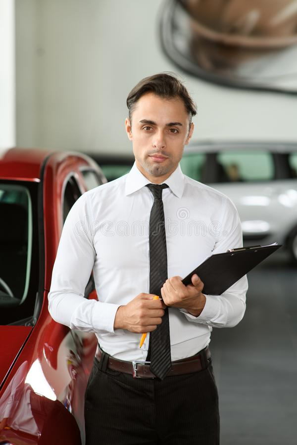 Verkopersverblijf dichtbij auto royalty-vrije stock afbeelding