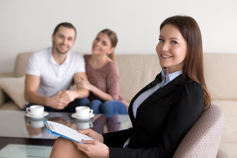 Verlässlicher professioneller weiblicher Psychologe oder Berater und glückliches yo lizenzfreie stockbilder