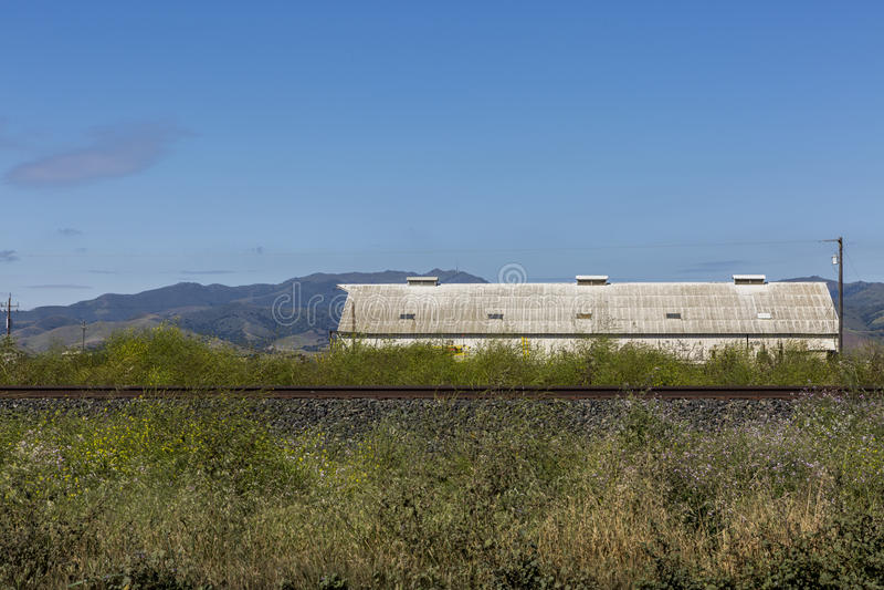 Verlaat de bouw naast de spoorweg in Californië amerika royalty-vrije stock afbeeldingen