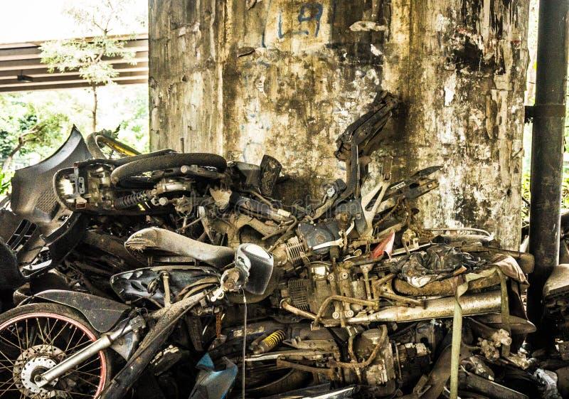 Verlaat de roestige die foto van het motorfietsafval in Djakarta Indonesië wordt genomen stock foto