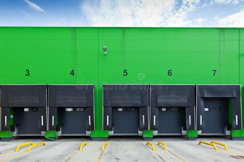 Verladedocks im industriellen Lager stockfotos