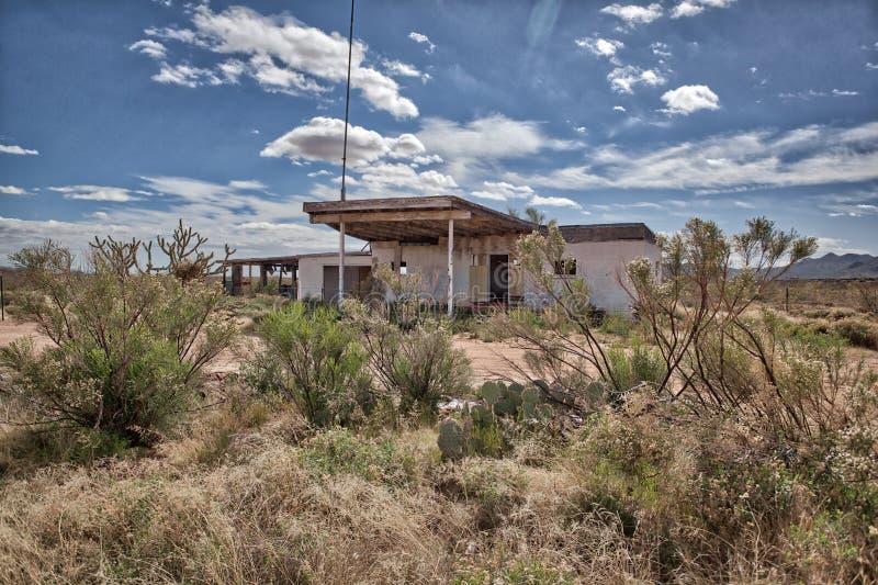 Verlagingsbenzinestation nu een spookstad in de AZ Woestijn stock foto