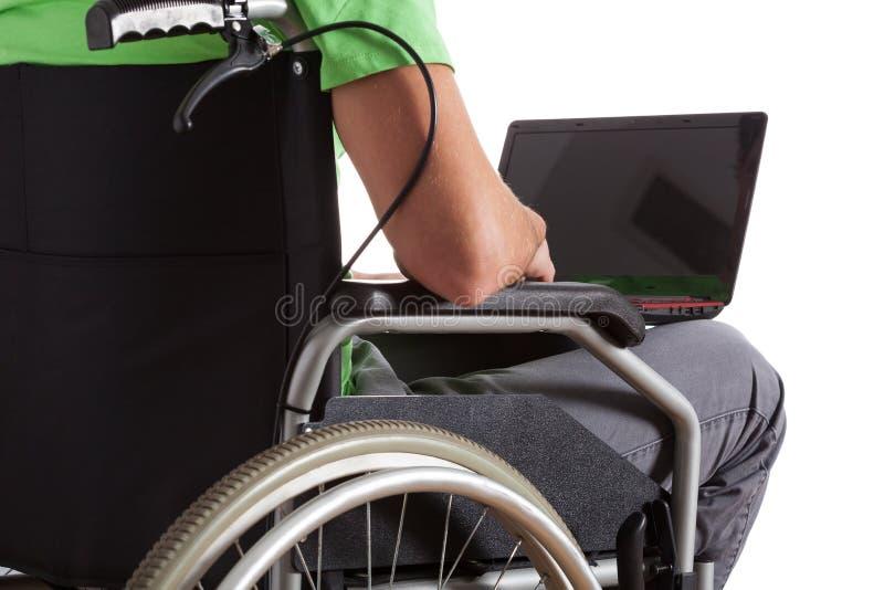 Verlamde tiener met laptop royalty-vrije stock afbeelding