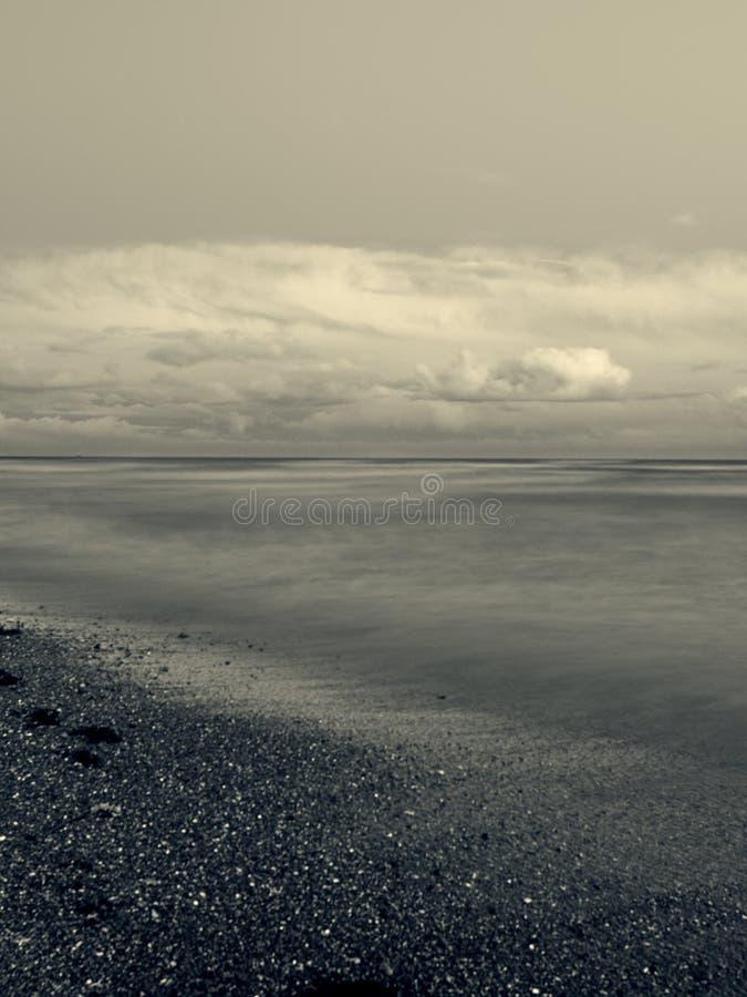 Verlangsamen Sie die Wellen auf Pebble Beach stockfotografie