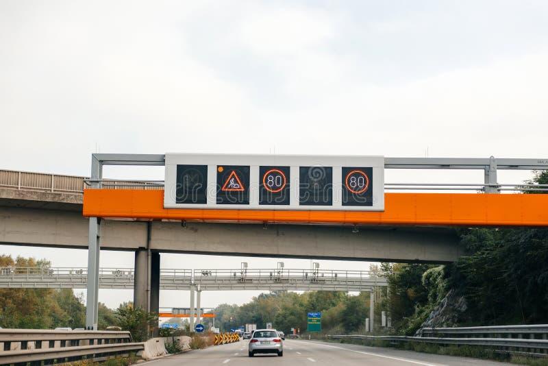 Verlangsamungszeichen pov-Fahrerlandstraße Autobahn stockfotografie