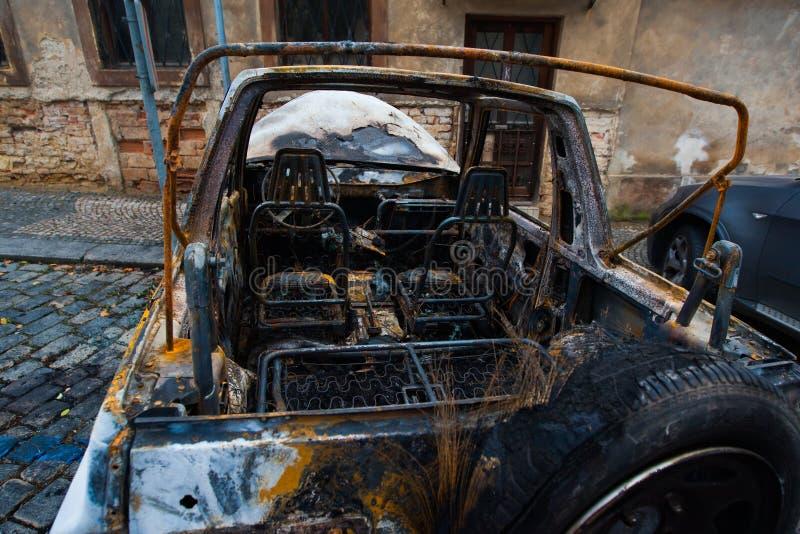 Verlassen gebrannt hinunter Auto nach einer Explosion, bereiten Sie vor, um scrappe zu sein lizenzfreie stockbilder