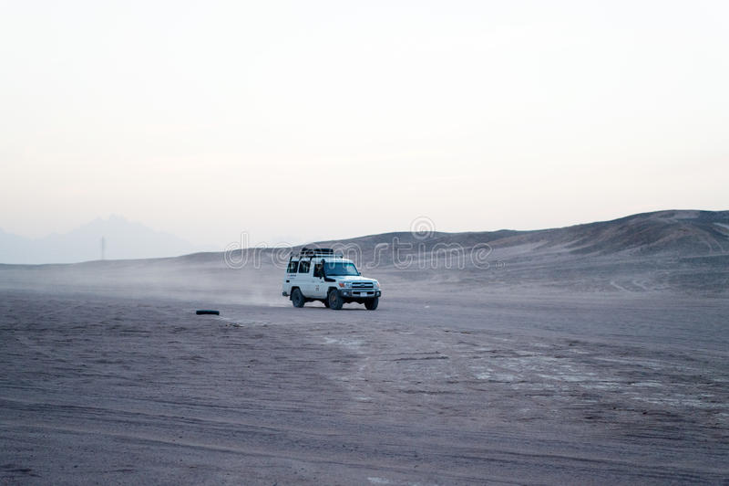 Verlassen Sie das Safari suv Autofahren durch Sanddünen, Hurghada, Ägypten lizenzfreies stockbild