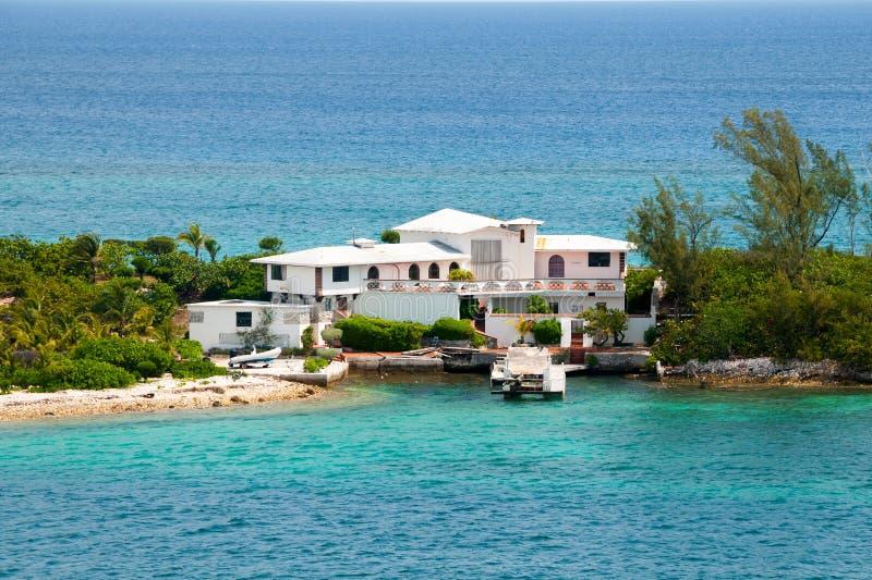Verlassen Sie nach Hause auf einer Insel an einem klaren sonnigen Tag lizenzfreie stockbilder