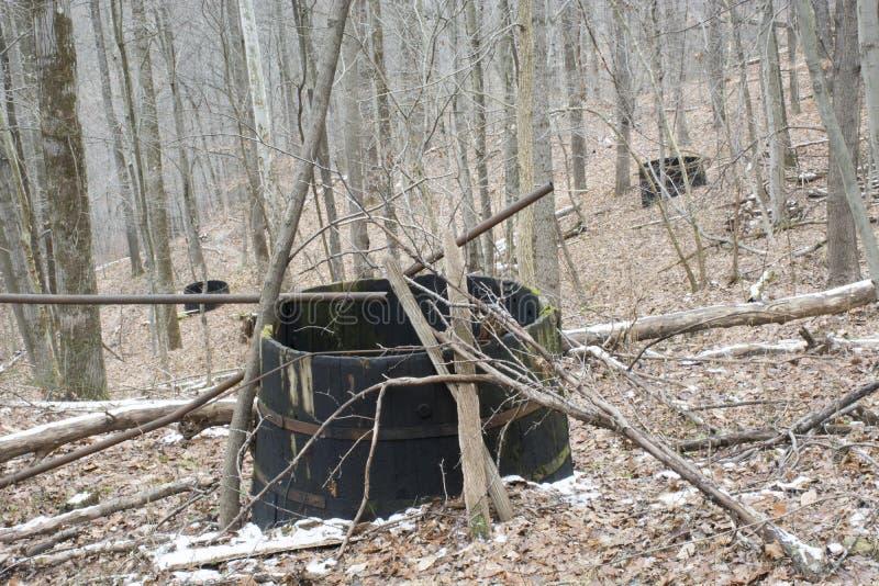Verlassene Öl-Speicherung Behälter im Wald lizenzfreie stockfotos