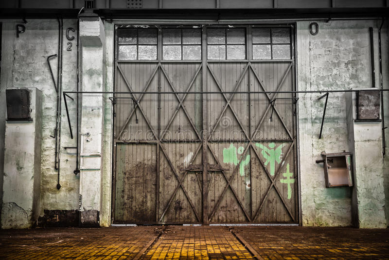 Verlassene alte Fahrzeugreparaturstation, Innen lizenzfreies stockbild