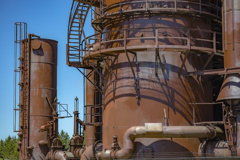 Verlassene alte Maschinen und Speichereinheiten in einer Gasindustrie an GA stockfotografie