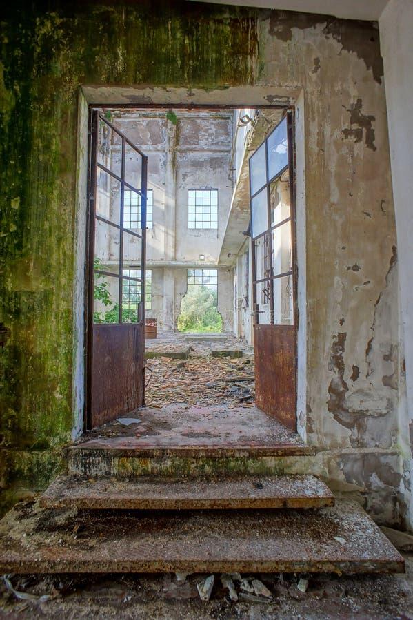 Verlassene alte ruinierte Industrieanlage lizenzfreie stockbilder