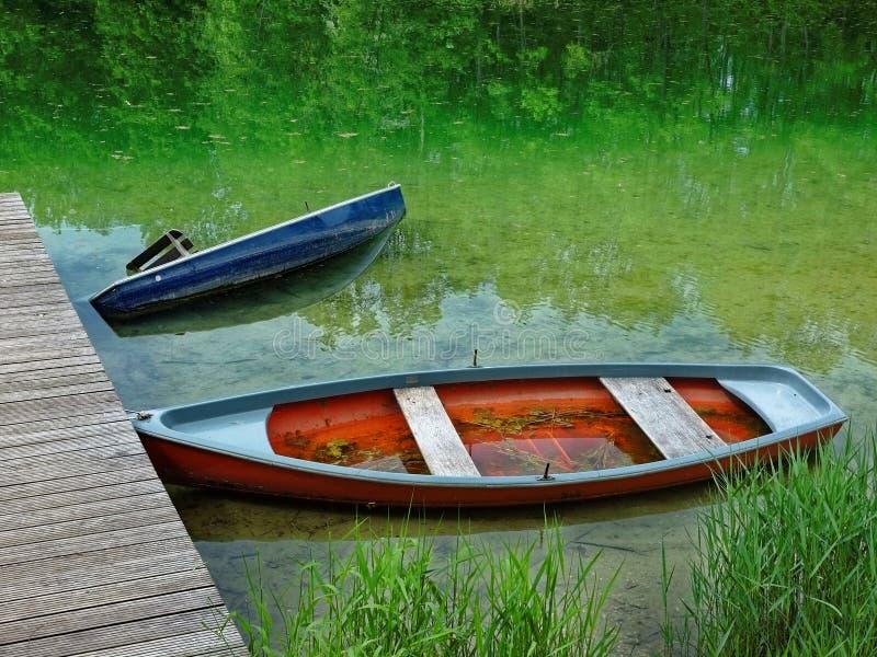Verlassene Boote an der Anlegestelle lizenzfreies stockfoto