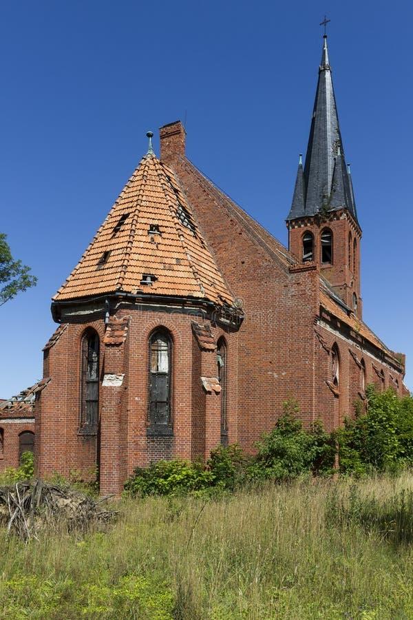 Verlassene christliche Kirche des roten Backsteins lizenzfreie stockfotos