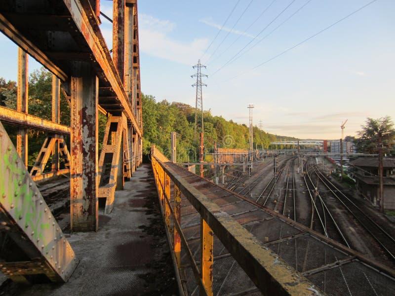 Verlassene Eisenbahnbrücke stockfotos