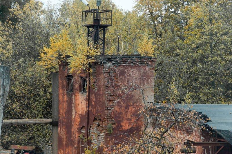 Verlassene Fabrik, Ansicht von hinten den Zaun lizenzfreies stockbild