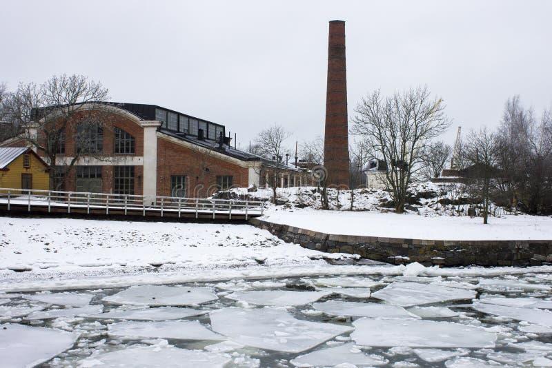 Verlassene Fabrik im Schnee lizenzfreie stockbilder