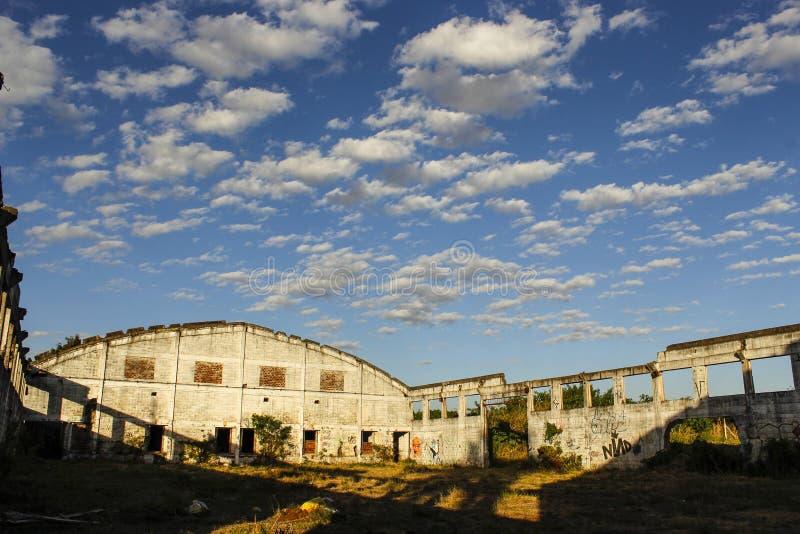 Verlassene Fabrik ohne Decke lizenzfreie stockbilder