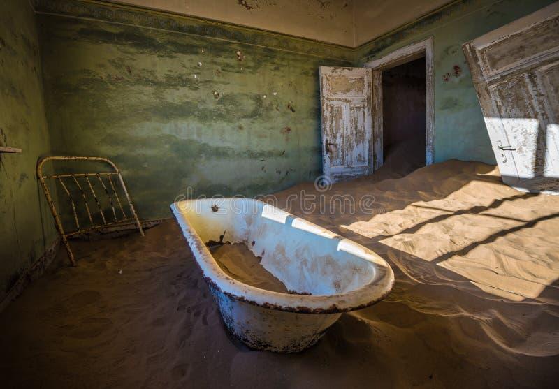 Verlassene Geisterstadt von Kolmanskop, Namibia lizenzfreie stockbilder