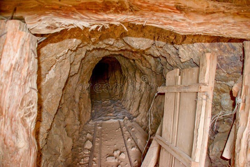 Verlassene Goldmine in der Mojave-Wüste lizenzfreie stockbilder
