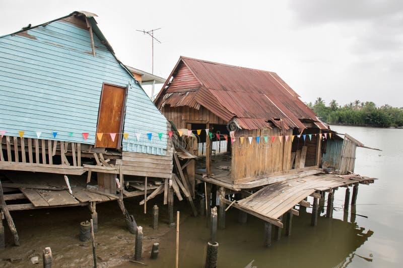 Verlassene Häuser auf der Ufergegend stockfoto