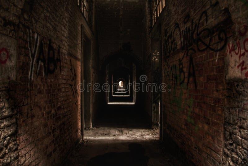 Verlassene Halle mit Graffiti in Europa stockfotos