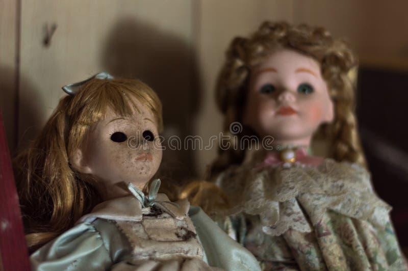 Verlassene Haus-gruselige Porzellan-Puppen stockbilder