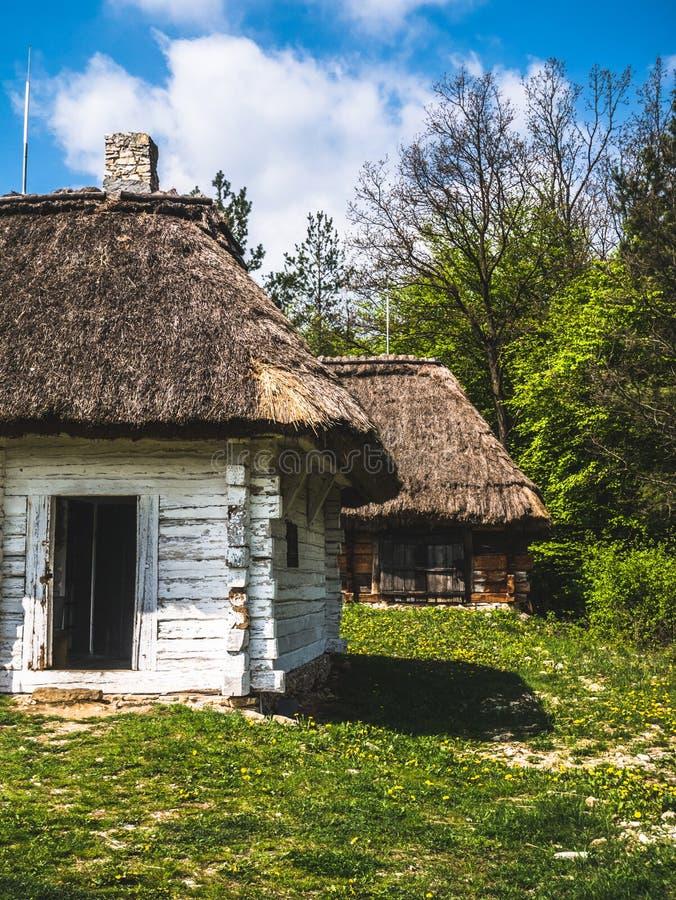 Verlassene Holzhäuser in der Landschaft stockbilder