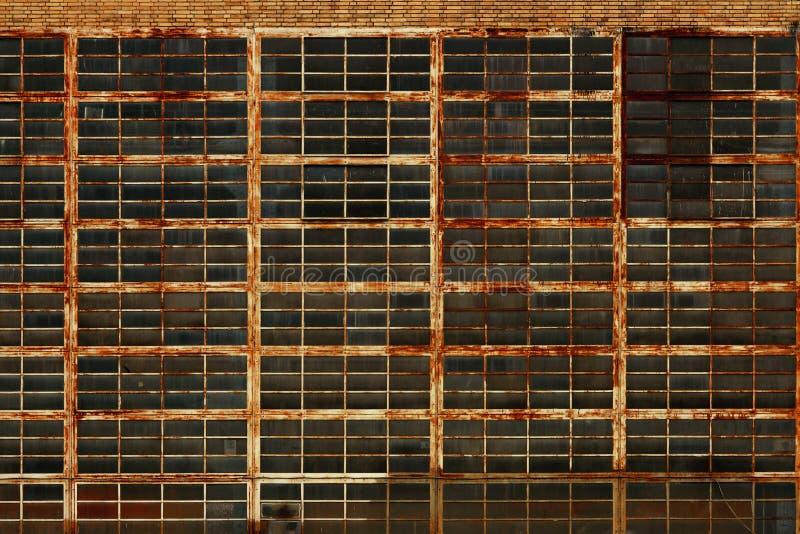 Verlassene industrielle Fabrik rostiges Windows stockfotos