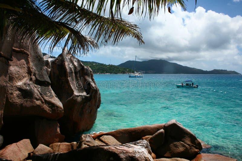 Verlassene Insellandschaft mit Kristallwasser lizenzfreie stockfotografie