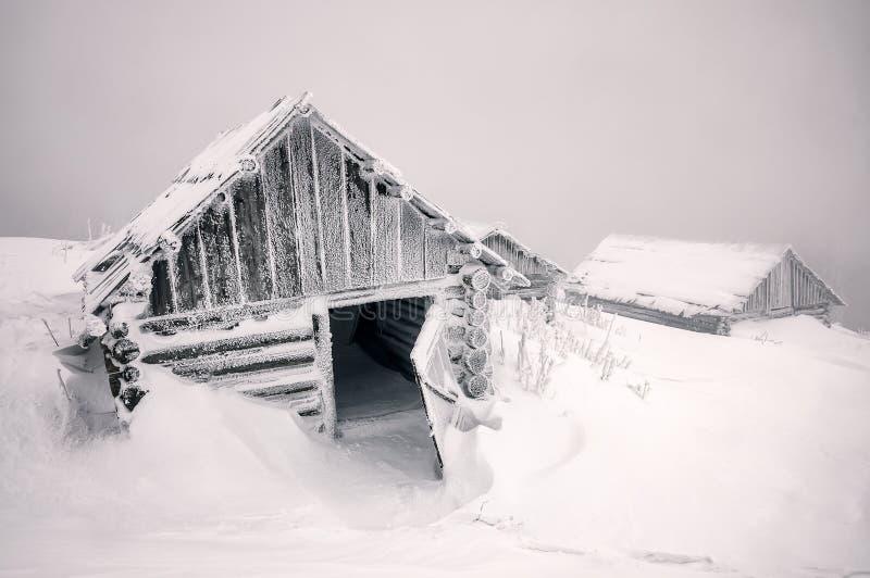 Verlassene Kabine mit geöffneter Tür im Winter lizenzfreie stockfotos
