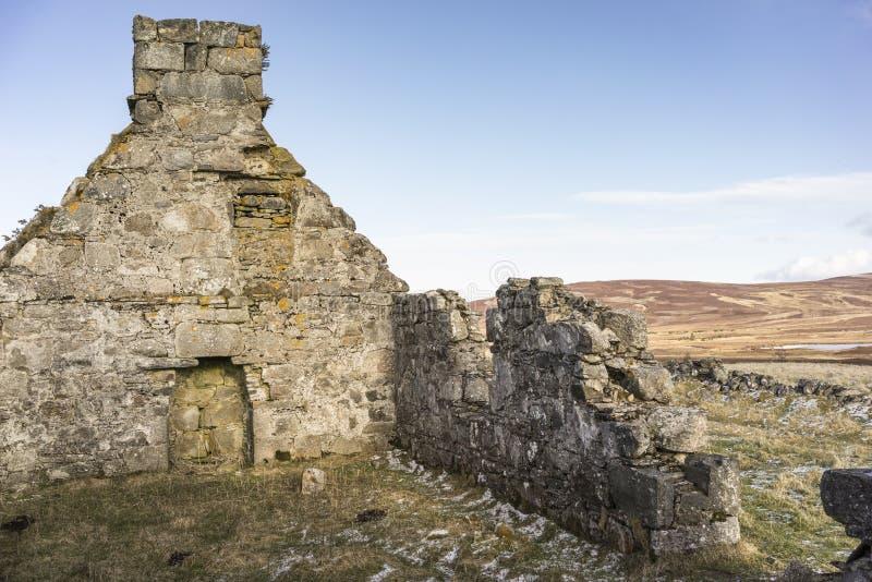 Verlassene Kate von Wester Crannich auf Dava Moor in Schottland stockbild