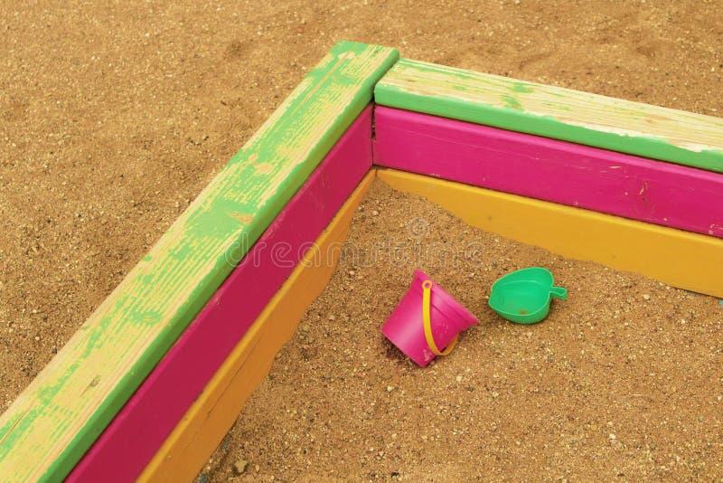 Verlassene Kind-` s Spielwaren in stockfotografie