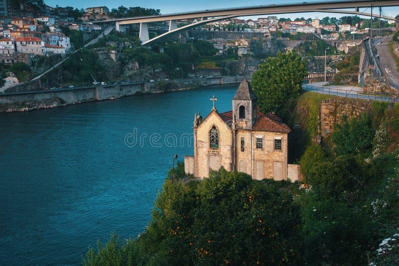 Verlassene Kirche auf den Banken in Duero-Fluss, Porto lizenzfreie stockbilder
