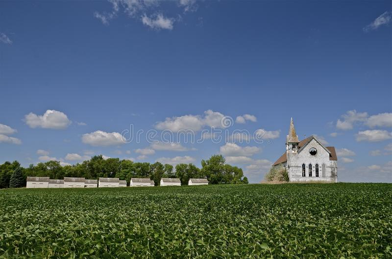Verlassene Kirche umgeben durch Bohnenfeld lizenzfreies stockfoto