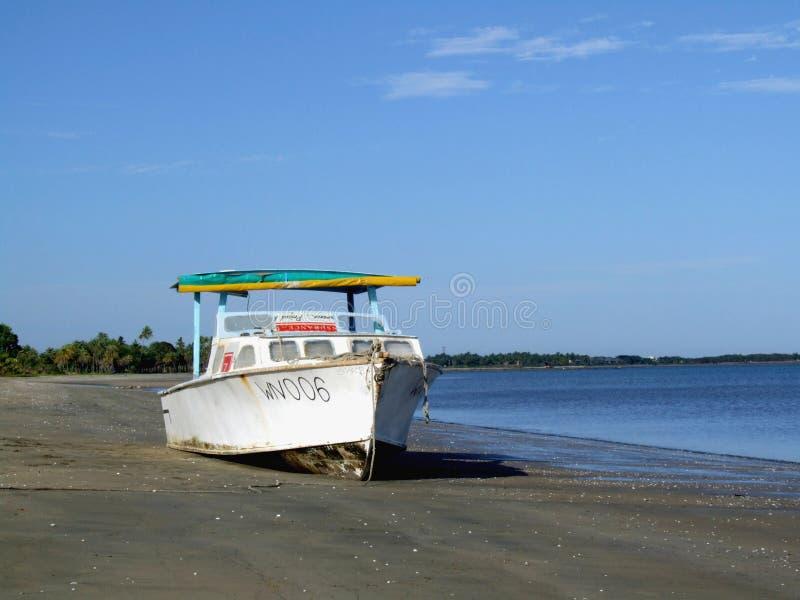 Verlassene Lieferung auf dem Strand stockfotos